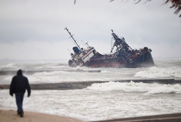 Odessa: DELFI tanker is washed ashore by a storm (PHOTO, VIDEO)
